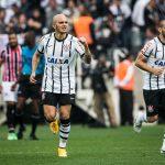 4119705595-fabio-santos-comemora-um-dos-gols-contra-o-sao-paulo.jpeg
